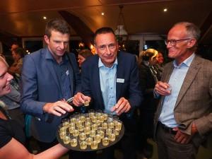 Jelle Boerema (midden) drinkt 3 oktober 2016 tijdens een bijeenkomst in Seedykstertoer in Marrum Wadwater, een likeur van Hooghoudt uit Groningen. Meer info: www.hooghoudt.nl. Foto: © Albert Hendriks Friesland Holland Nieuwsdienst.