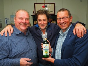 """Wethouder Maarten Offinga (rechts) met Piter Wilkens (midden) en """"berenburgemeester"""" Wiepie Oenema toen hij zaterdag 8 oktober 2016 de eerste fles Oenema Fryske Graenjenever in ontvangst nam bij De Stiekeme Stoker in Bolsward. Meer info: http://www.friesnieuws.nl/rubrieken/aan-de-drank/1559-oenema-maakt-meest-friese-berenburg-en-graanjenever-van-korrel-tot-borrel. Foto: © Albert Hendriks Friesland Holland Nieuwsdienst."""