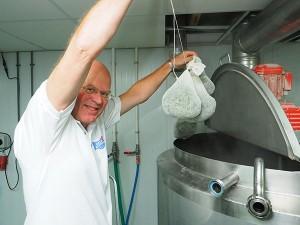 De gagelbladeren worden door Sytze Hoogstins betrokken van kruidenkweker Ida Haarsma uit Sumar en in de keuken van Admiraal's brouwerij afgewogen en in 25 zakjes gedaan.
