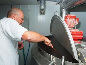 Sytze Hoogstins en de wort aan de kook! Gerrit Admiraal bewaakt de temperatuur.