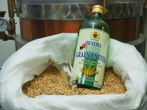 Vers van de ketel: Oenema Fryske Graenjenever. Wethouder Maarten Offinga van de gemeente Súdwest-Fryslân krijgt zaterdagmorgen 8 oktober 2016 officieel de eerste fles.