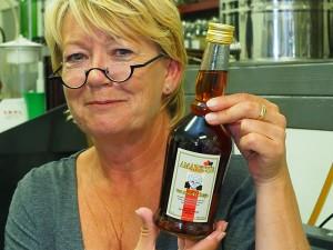 Friese amaretto uit Bolsward: Amaretjse fan Muoike Tetsje. Irma Hoogeboom, de echtgenote van Oenema's meesterstoker Hans Hoogeboom, is even model.
