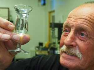 Waarzegsters kijken in een glazen bol, meesterstoker Hans Hoogeboom in een borrelglaasje: een helderder kijk op drank krijg je niet.