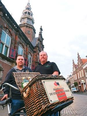 Trots op Bolsward en op hun producten: Wiepie Oenema (rechts) en zijn af en toe meehelpende zoon Harmen, tevens kraanmachinist.