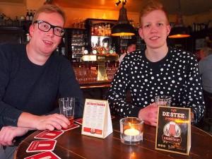 Jurjen Hoekstra (links) van Kr8werk uit Leeuwarden en stagiair Wieger Zijlstra uit Ferwert bedachten voor café De Stee de Elfbierentocht.