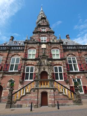 Bier-, berenburg- en whiskystad Bolsward heeft één van de mooiste stadhuizen  van Nederland. Er is ook een grote zuivelindustrie, van Hochwald Foods GmbH. Meer informatie: www.elfstedenroute.nl en www.sneekholland.nl en www.hochwald.de
