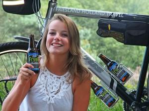 Frysk Fietsbier is een caloriearme, alcohol- en limonadevrije sportdrank. Fotomodel: Djura Hof.
