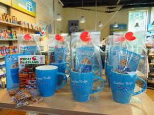 De Jouster Kofje mokken in de VVV-winkel van Joure, één van de mooiere in Noord-Nederland.