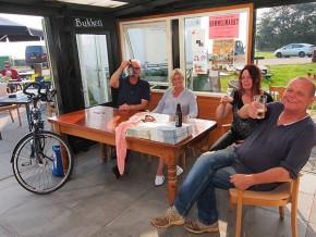 Meer plezier met Frysk Fietsbier. De 'sportdrank' is onder andere verkrijgbaar op het terras van Overwijk bij de haven van Laaxum aan het IJsselmeer, op de dijk tussen Mirns en Stavoren. Laaxum (Laaksum) is de kleinste vissershaven ter wereld. Meer info: www.ijsselmeer.frl