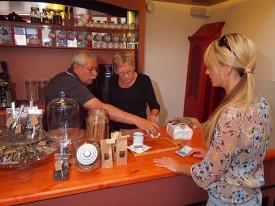 Museum Opsterland in Gorredijk heeft een gezellig café met heerlijk turfgebak van hofleverancier Banketbakkerij Chocolaterie Boonstra aan de Zuiderbuurt in Drachten. Op de foto toont meesterbakker Erik Hofstede het lekkerste gebak van Friesland, zijn turfgebak. Het bijzondere gebak kunt u in het museum kopen of in de winkel in Drachten.