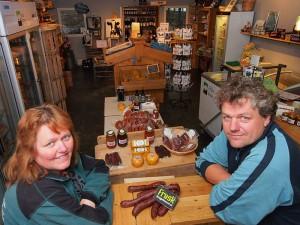 Klaziena en Steven van der Zee hebben een duurzaam veehouderijbedrijf met een luxe boerderijwinkel in Rohel-Vierhuis aan de oever van het Tjeukemeer.