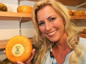 Frau Wietske, het kaasmeisje van Fryslân, met de populaire Friese mosterdkaas van kaasboerderij Johannahoeve in Ryptsjerk.