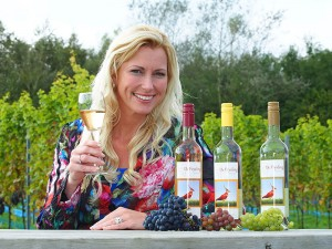 Weinkönigin Frau Wietske in wijngaard De Frysling in de buurtschap Egypte bij Twijzel. De naam 'Frysling' is een combinatie van de provincienaam Fryslân en het druivenras Riesling, in Duitsland de koningin onder de druivenrassen.