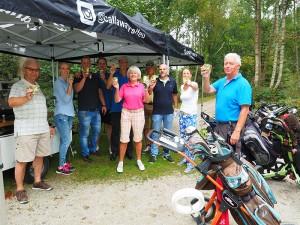 Golfers toosten op de prestaties van barista Ruben Dijkstra in partytenten van Callaway golfuitrusting.