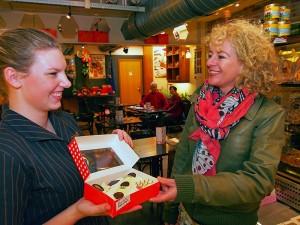 Banketbakkerij De Korenbloem in Sneek maakt de beste Fryske Oranjekoeke van Friesland, al jaren, en daar is de promotion lady van Sneek, Petra Miedema (rechts) zeer verguld mee. De Korenbloem is met beerenburgmakerij Weduwe Joustra één van de bekendste toeristische attracties.